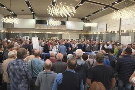 Proppenvoll war die Messehalle der Münzenmesse in Dortmund, als es um den Hauptgewinn ging. Foto: Ben Becker.