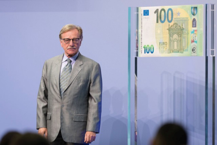 Yves Mersch unveils new 100 euros Europa series. Photo: Press office of the European Central Bank.