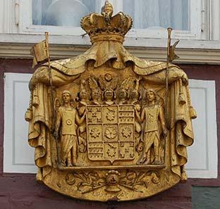 Überall in Detmold ist das Wappen der Grafen und Fürsten zur Lippe präsent, hier eine vergoldete Tafel in einer belebten Einkaufstraße unweit des Marktplatzes. Foto: Caspar