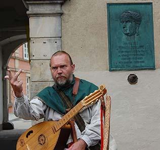 Mittelalterdarsteller Henning Diekmann erzählte vom Auf und Ab in der Geschichte von Detmold und zählte auf, dass dort alles aufgehoben wird, was größer als eine Laus ist. Foto: Caspar.