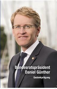 Die Klappkarte zeigt ein Portrait des neuen Bundesratspräsidenten Daniel Günther.
