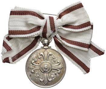 Los 22760: Österreich-Ungarn. Franz Josef I., 1848-1916. Elisabeth-Orden Medaille, Silberne Medaille, an der originalen Damenbandschleife, kaum getragen, in sehr schönem Zustand. Vom Einlieferer um 1965 erworben. Ausruf: 1.500 Euro.