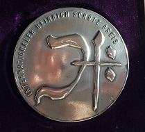 Diese kreative Silbermedaille wird zukünftig den Preisträgern überreicht werden. Foto: Anna Franziska Schwarzbach.
