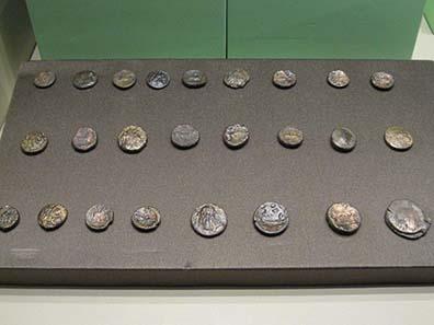 Einige Bronzemünzen aus Grabfunden. Foto: KW.