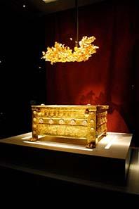 Larnax und Goldkranz, die man Philipp II. zuschreiben will. Foto: Sarah Murray / Wikipedia.