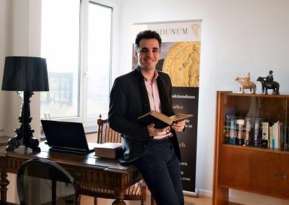 Dr. Jonas Emmanuel Flueck, Geschäftsführer der Lugdunum GmbH, freut sich auf seine Kunden. Zu treffen ist er entweder am Firmensitz in Solothurn oder auf jeder wichtigen Münzbörse.