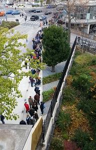 Menschenmassen vor der Münze Österreich. Foto: Münze Österreich / Peter Pichlbauer.
