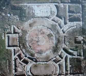 Luftbild der Agora auf einer Erklärungstafel. Foto: KW.