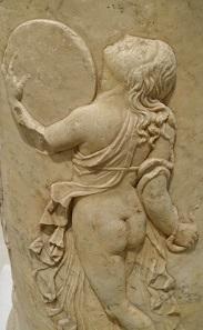 Tanzende Mänade. Relief aus dem Theater von Italica / Spanien, augustäische Zeit. Archäologisches Museum Sevilla. Foto: KW.