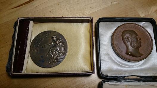 Zwei Preismedaillen aus der Pfefferküchlerei. Foto: J. Förster.