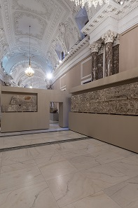 """Abschnitt des Süd- und Westfrieses des """"Heroons von Trysa"""" Griechisch-lykisch, um 380 v. Chr. Foto: KHM-Museumsverband."""