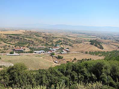 Die befestigte Akropolis von Pherai, links daneben ein Bauernhof. Foto: KW.