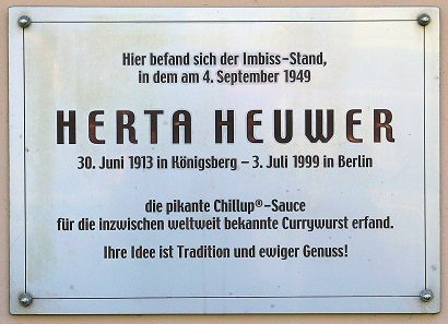 Eine Gedenktafel in Charlottenburg erinnert an die Erfinderin der Currywurst. Bild: OTFW / CC BY-SA 3.0.