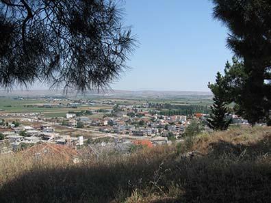 Blick auf das moderne Pharsalos von dem Ort aus, an dem irgendwo in der Nähe die Akropolis sein soll. Foto: KW.