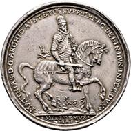 Silbermedaille von M. Sock, Kremnitz auf die Rückeroberung von Gran am 7. September 1595. Vs. Erzherzog Matthias mit Kommandostab n. r. reitend. Aus Auktion Künker 317 (5. Februar 2019), Nr. 1689. Taxe: 500,- Euro.