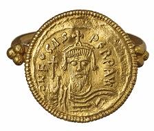 Fingerring mit Goldmünze des byzantinischen Herrschers Phocas aus Cochem. Anfang des. 7. Jahrhunderts n. Chr. LVR-LandesMuseum Bonn. Foto: J. Vogel, LVR-Landes-Museum Bonn.
