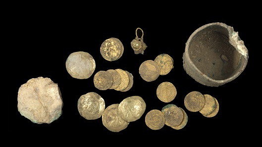 Mixed Fatimid-Byzantine hoard with bronze pyxis, dated to the end of the 11th century. The hoard also contained a filigree earring. In the photo on the left, the improvised ceramic stopper. Photo: Clara Amit, Israel Antiquities Authority.