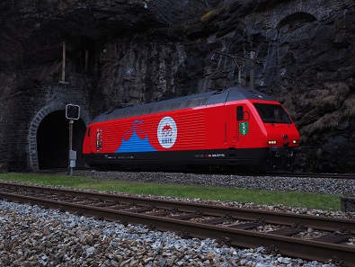 A SBB locomotive features a celebratory paint job. © Swissmint.