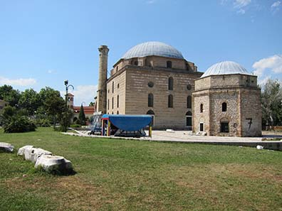 Complex of the Mosque of Sinan, ancient remains in the foreground. Photograph: KW.