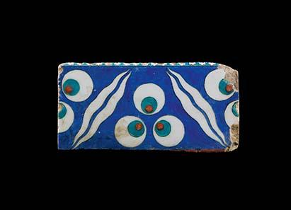 No. 519: Iznik tile with cintamani. Ottoman Empire, c. 1580. 25 x 12 cm. Estimate: 1,000 Euros. Price realized: 34.500 Euro.