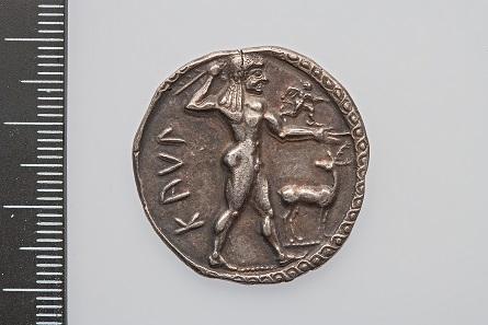 Oftmals werden Götter per se nackt gezeigt, wie hier Apollo auf einem Nomos aus Bruttium (Mzst. Kaulonia), spätarchaisch (Gewicht: 7.47 g; Durchmesser: 29.3 mm, Silber). © Antikenmuseum Basel.