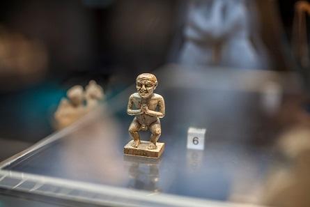 Grinsender Tanzzwerg aus Speckstein. Ägypten, 12. Dynastie, frühes 2. Jt. v. Chr. (Leihgabe). © Ruedi Habegger, Antikenmuseum Basel und Sammlung Ludwig.