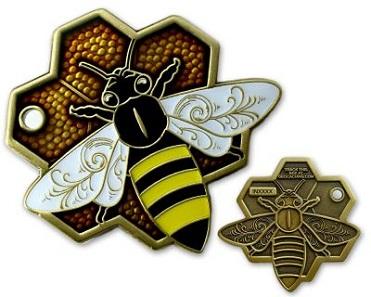 Geocoins müssen nicht rund sein. Hier eine Variante, die einer Bienenwabe gleicht. Foto: Geocoinshop.de.