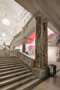 Bereits im Prunkstiegenhaus zeigen sich im Lichtspiel erste Neuerungen der Architekten. Foto: Hertha Hurnaus.