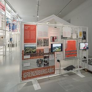 """Die Ausstellung bietet Informationen zu unterschiedlichsten Themen. Hier der Bereich """"Grenzen verändern?"""". Foto: Hertha Hurnaus."""