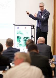 Prof. Dr. Franz Seitz von der Ostbayerischen Technischen Hochschule Weiden betonte die Freiheit und den Datenschutz, die das Bargeld sichert. Foto: GS1 Germany / Jörn Wolter.