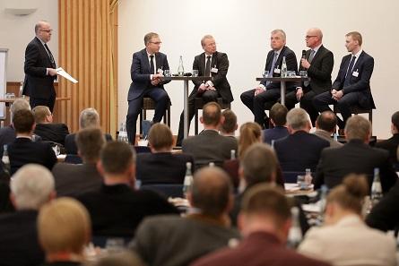 Moderator Prof. Dr. Andreas Kaapke diskutierte mit Vertretern unterschiedlicher Branchen. Foto: GS1 Germany / Jörn Wolter.