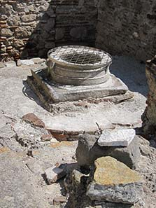 The Frankish fountain in the Byzantine basilica. Photograph: KW.