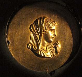 Eines der Medaillons von dem ägyptischen Fund von Abukir. Foto: KW.