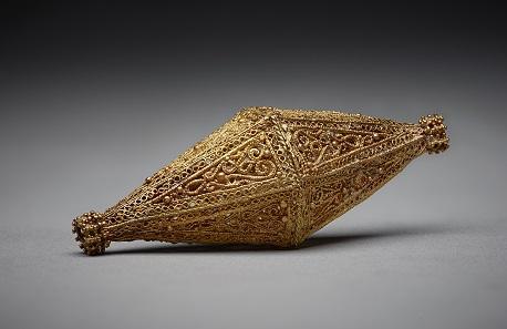 "Bioconical bead, Egypt or Syria, 10th -11th century Gold; filigree, granulation, ""rope"" wire L. 7.2 cm, H. 2.9 cm, The Aga Khan Museum, AKM618."
