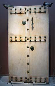 Marmorne Tür eines Grabbaus. Foto: KW.