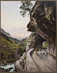 Stagecoach on the old Grimselstrasse. Photo-chromolithography makes it possible to reproduce black-and-white photographs in colour, using lithography. Photo: Swiss National Museum.