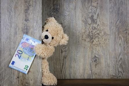 Damit junge Menschen im Umgang mit Geld nicht ewig Kinder bleiben, müssen Erwachsene sie in einem gesunden Maß an das Thema heranführen.