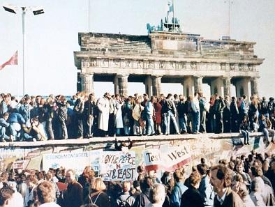 Eines der Bilder, die um die Welt gingen: eine Menschenmenge auf der Berliner Mauer. Foto: Lear 21 / CC BY-SA 3.0.