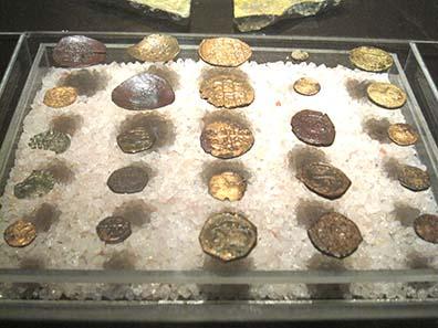 Fundmünzen aus der Krypta, in der heute ein Museum eingerichtet ist. Foto: KW.