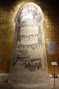 Picture stone from the 12th century with several scenes. It seems to be about a hero who fell in battle and is being led to Valhalla by a Valkyrie with horn in hand. Below that, a large sailing ship. Photo: KW.