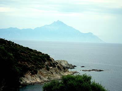 Fahrt entlang der felsigen Küste der Sithonia mit Blick auf den Athos. Foto: KW.
