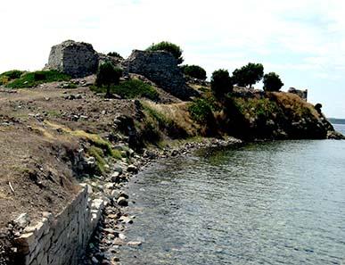 Antike Hafenmauern mit Blick auf die byzantinische Festung. Foto: KW.