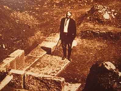 D. M. Robinson während der Ausgrabung von Olynth. Foto: KW.