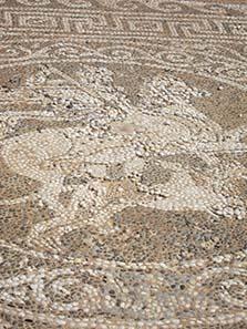 Mosaik: Bellerophon auf dem Pegasos kämpft gegen die Chimaira. Foto: KW.