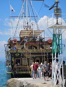 Touristenboot kehrt von seiner Fahrt um den Athos zurück. Foto: KW.