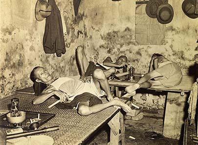 Opiumhöhle in der Chinatown von Kalkutta. Foto von 1945. Quelle: Wikipedia.