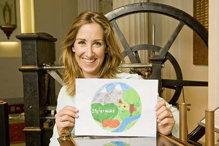Kati Bellowitsch mit dem Siegermotiv. © Münze Österreich AG.