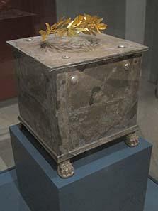 Silbernes Ossuarium mit goldenem Lorbeerkranz. Foto: KW.
