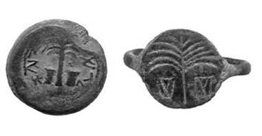 Bronzener Halbschekel aus dem vierten Jahr des Jüdischen Kriegs (Hendin-668) und ein etwa zeitgleicher 'Pilgerring', der das gleiche Motiv der Dattelpalme mit zwei Körben zeigt, wie sie zum Transport von Datteln oder anderen Früchten benutzt wurden, die man in einem Festzug zum Jerusalemer Tempel brachte.