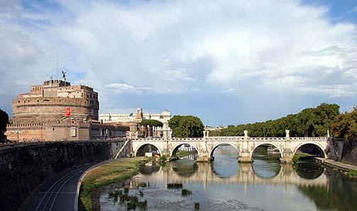 Porte Sant'Angelo in Rome. Photograph: AngMoKio / Wikipedia.